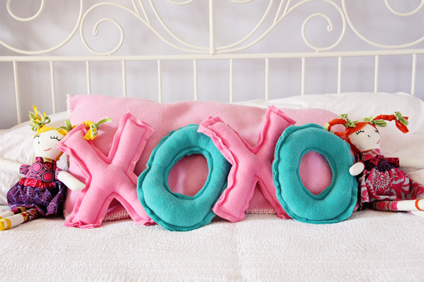 Valentine's XOXO Pillow Tutorial - cute Valentine's day gift!