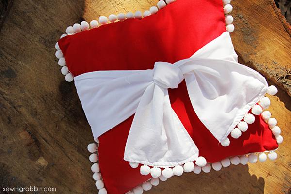 Christmas Pom Pillow DIY    the sewing rabbit