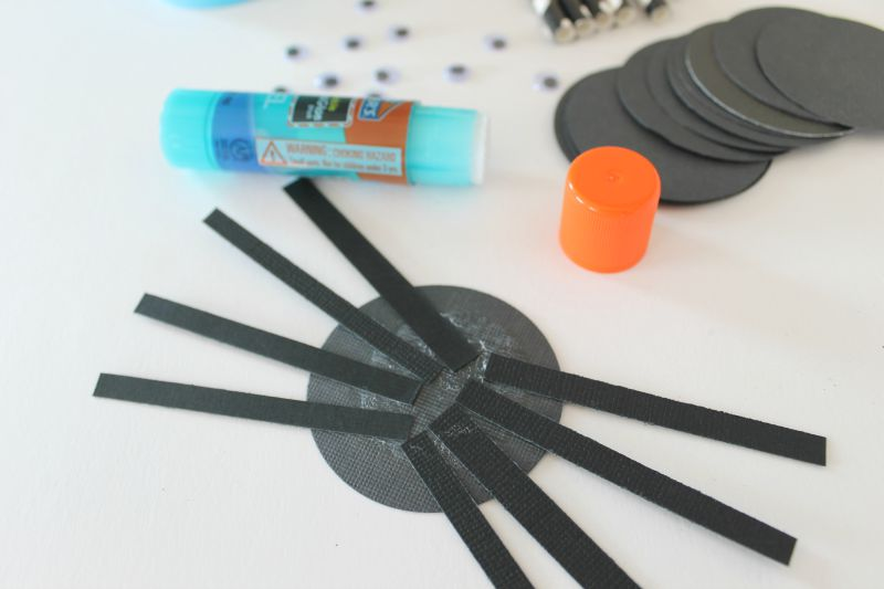 how to make a paper spider || These are great for kids and all ages! Put on garland, cupcakes, hang from ceiling, etc www.CraftaholicsAnonymous.net